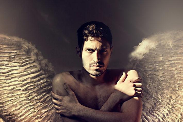 背中に羽が生えた男性