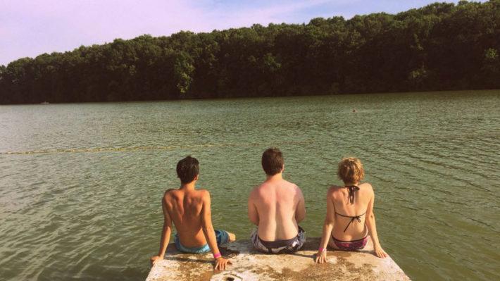 海を眺めている水着姿の男女