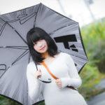 ジョジョ傘を持ったオタクの女性