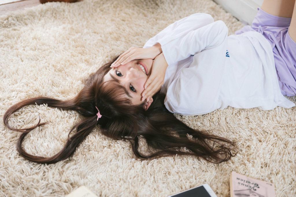 床に寝転んでいる女性