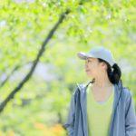 森を歩く女性の横顔