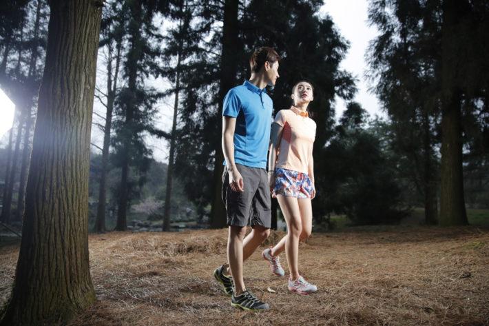 森の中を歩く男女