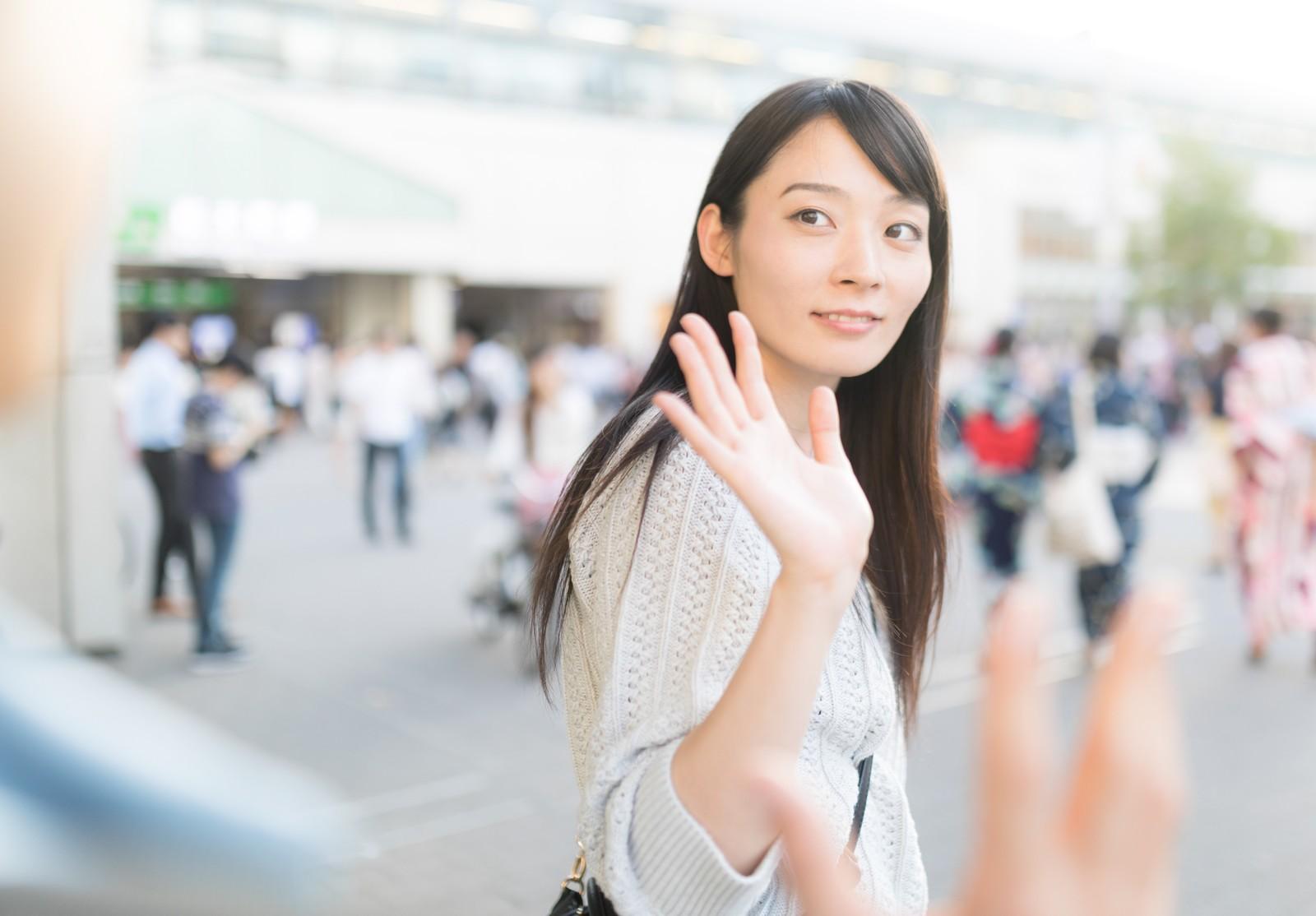 手を振っている女性