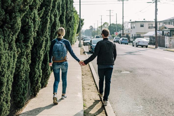 手をつないで歩く男女のカップル