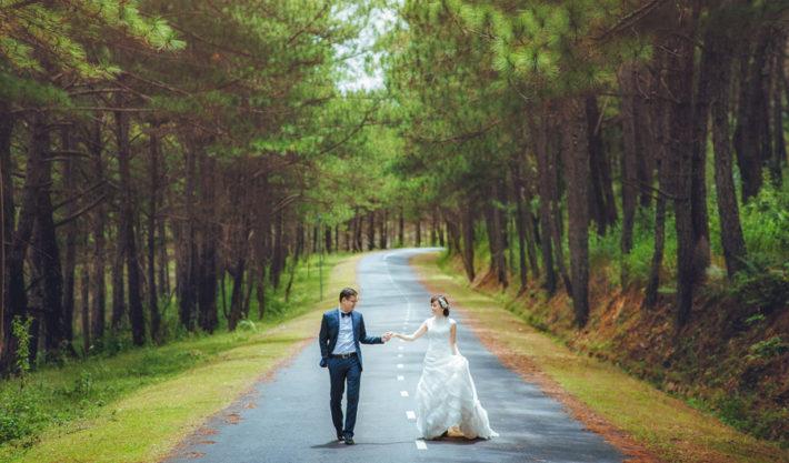 ウェディングドレスを着て道路を歩く男女