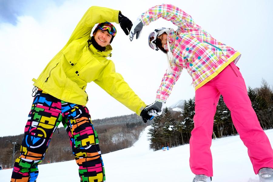 スノーボードを楽しむカップルの画像