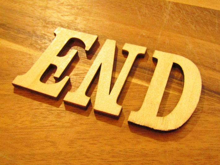 テーブルに置かれたENDの文字