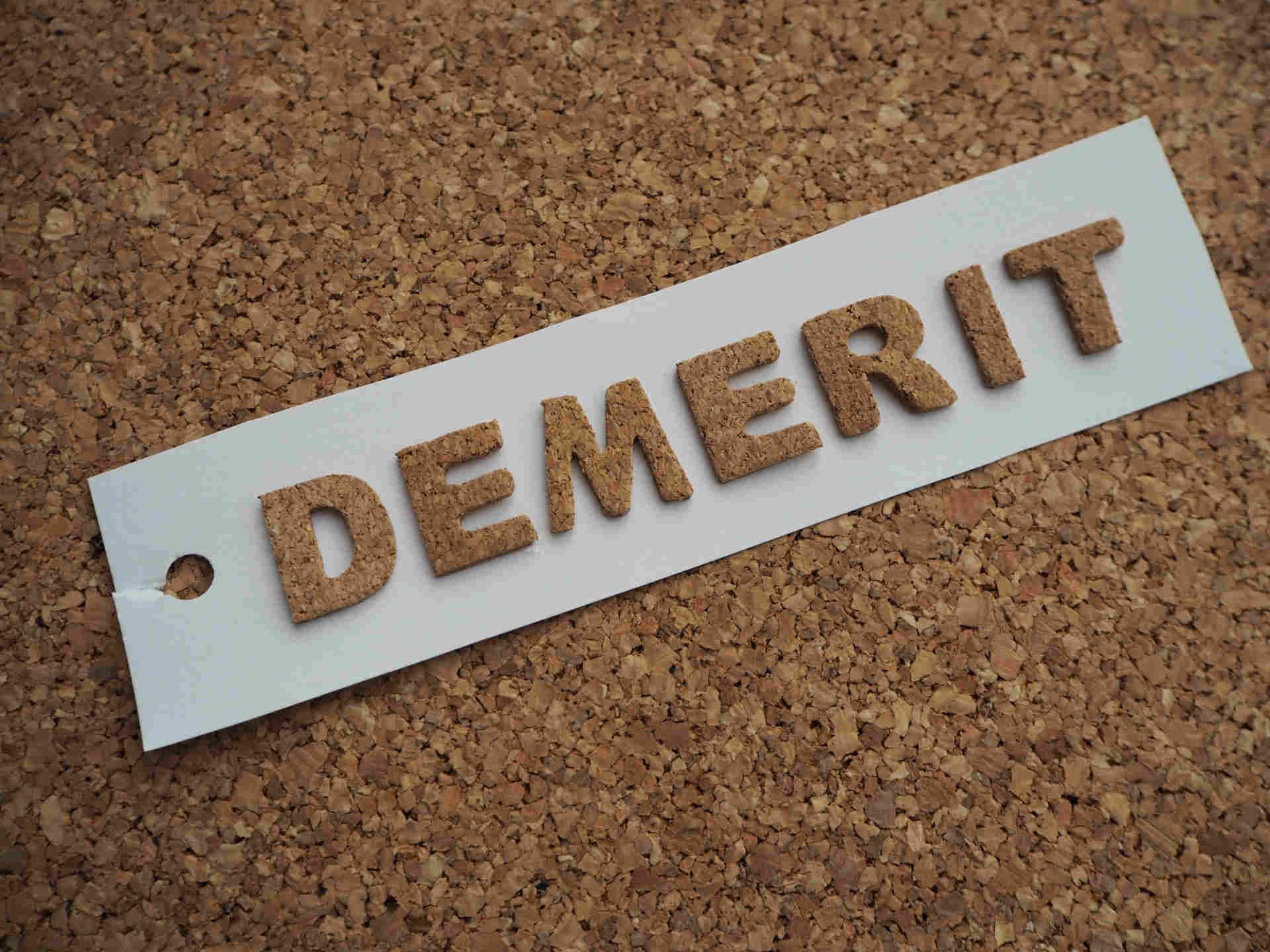 コルクボードに貼られたデメリットの文字