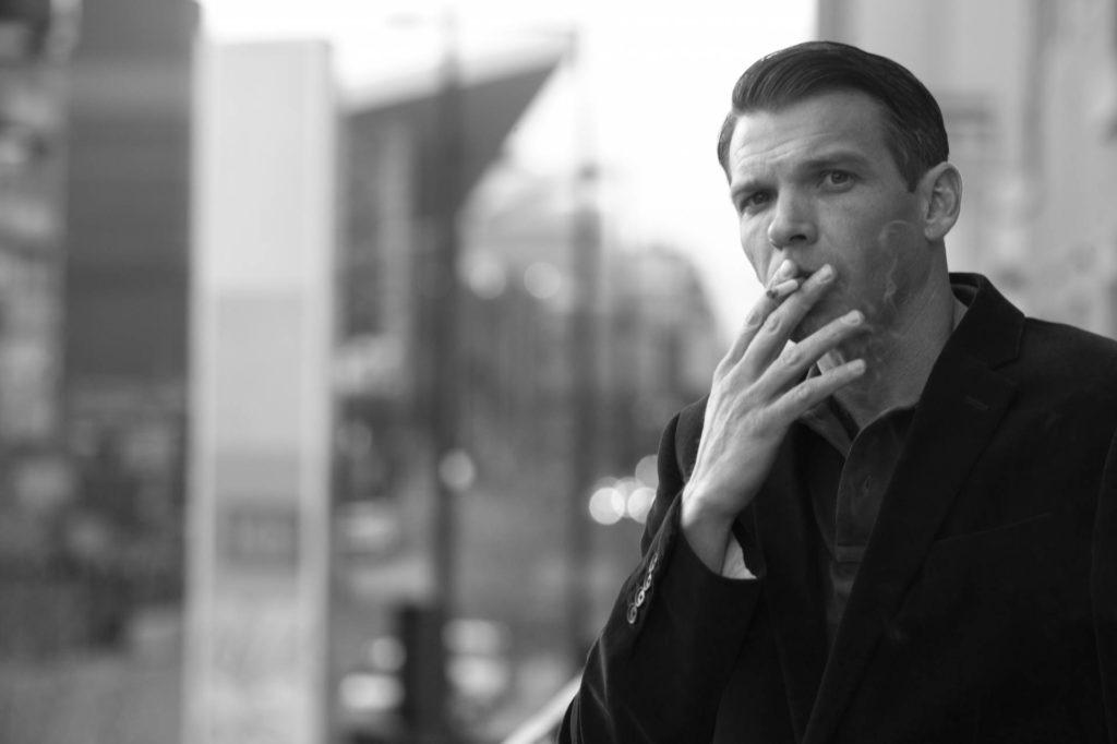 タバコを吸う外国人男性