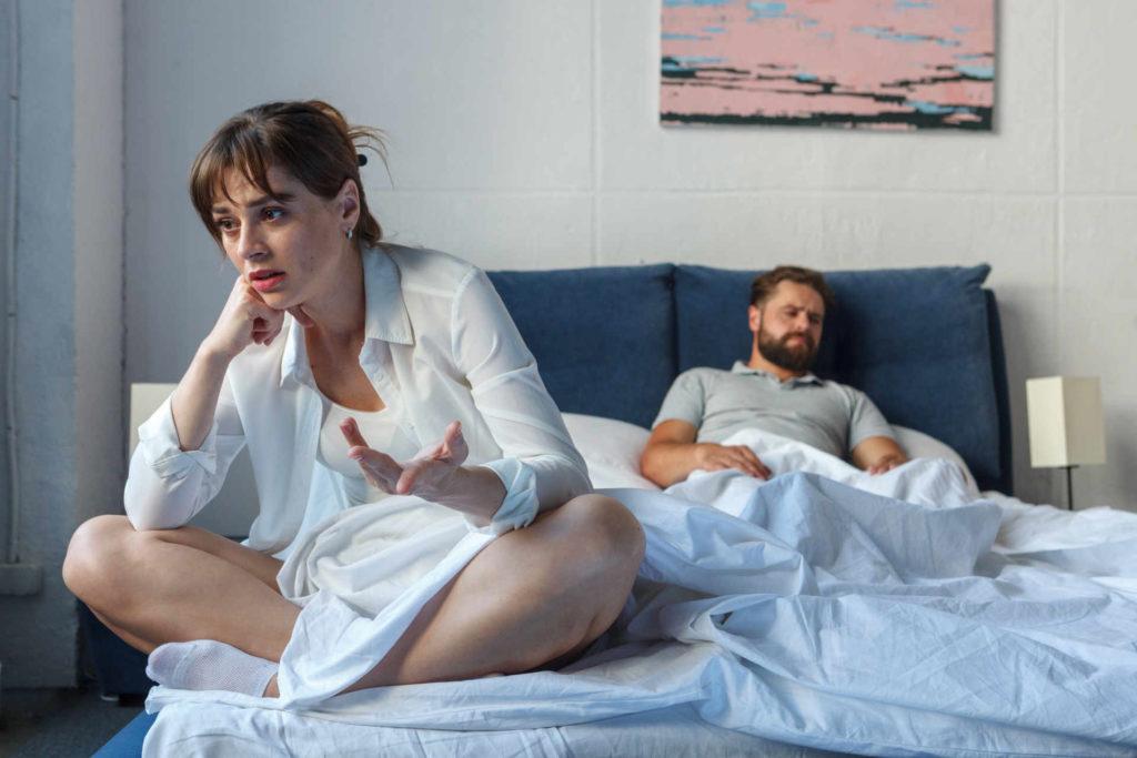 ベッドの上で喧嘩している男女
