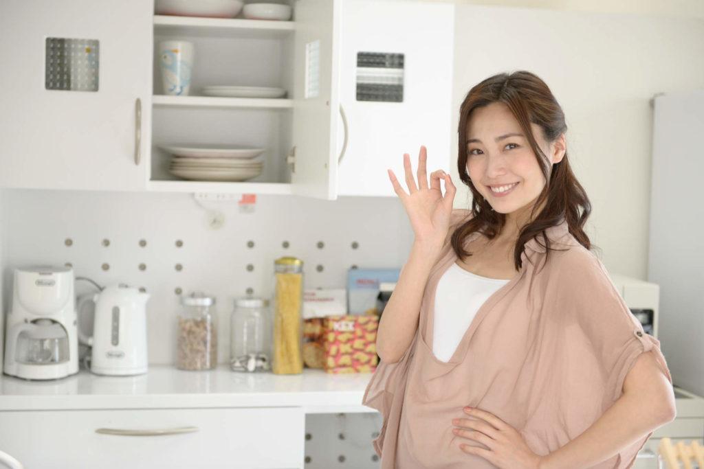 30代の女性が指を合わせて丸を作っている画像