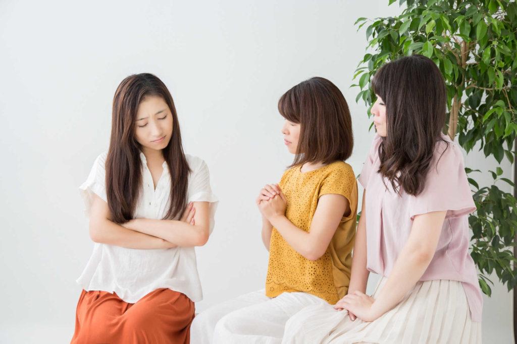 悩んでいる女性3人組