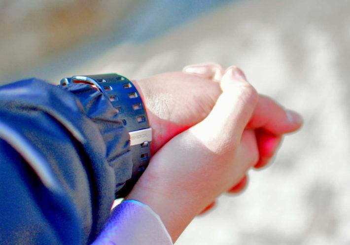 握り合う手と手