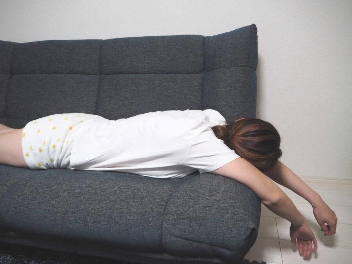 ソファーでうつ伏せになりダラケている専業主婦