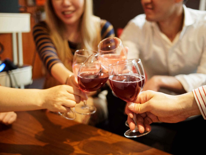 30代の男女、ワイングラスで乾杯