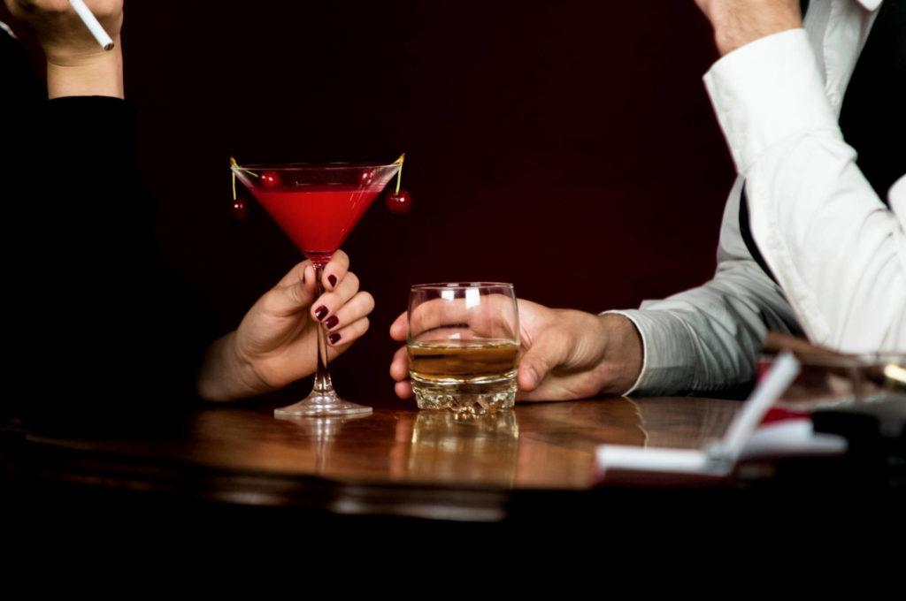 40代男女がカクテルを飲んでいる画像