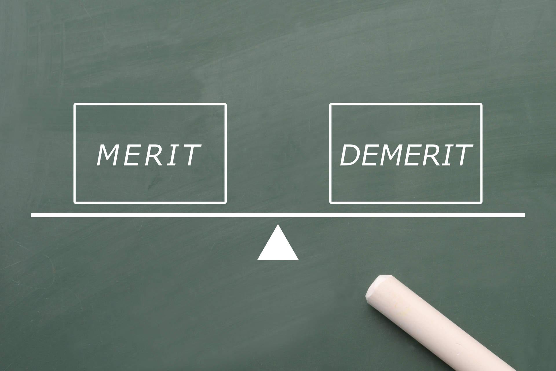 黒板に書かれたメリット、デメリットの文字