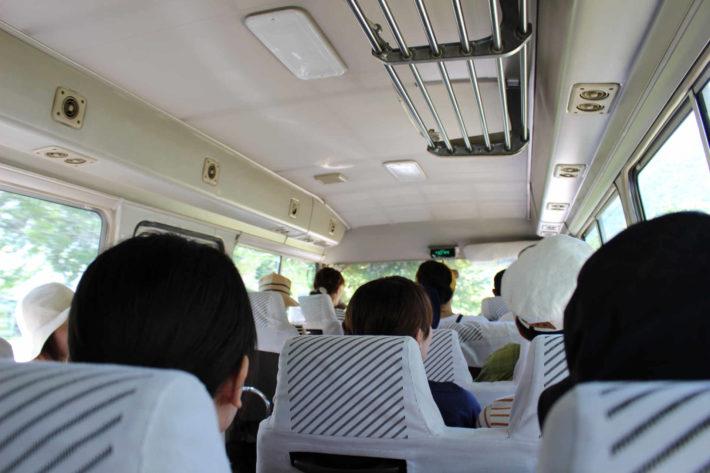 婚活バスツアー、搭乗者の後頭部