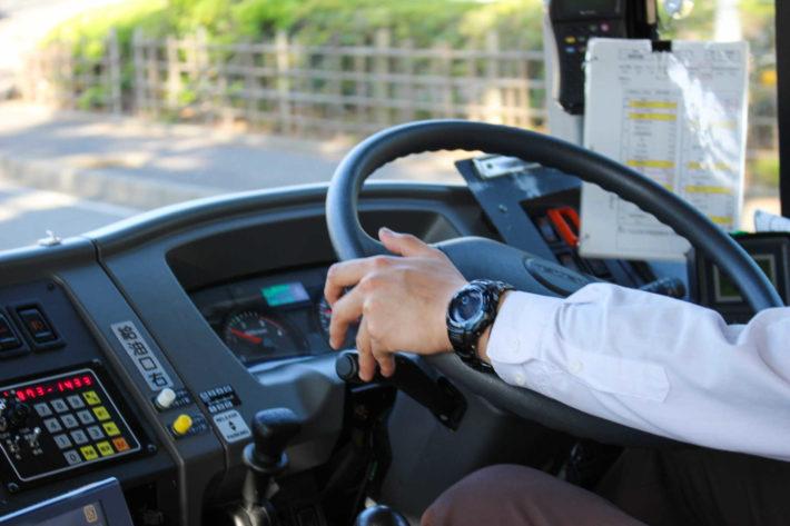 バス運転手の運転姿