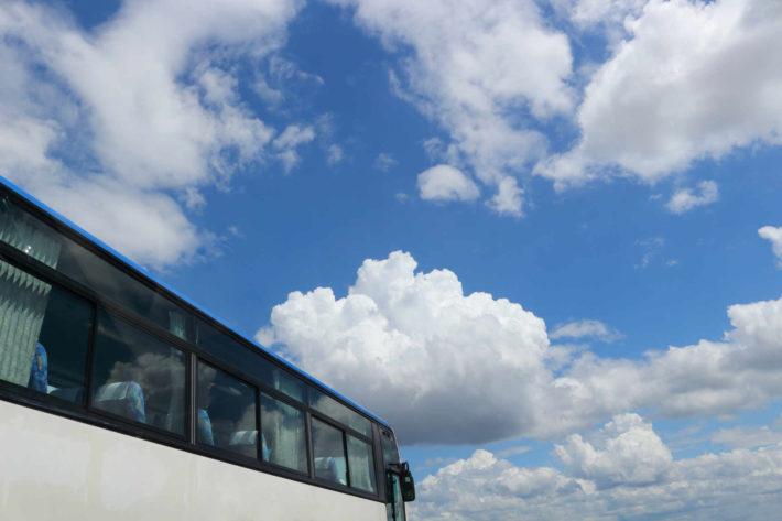 バスと青空の画像