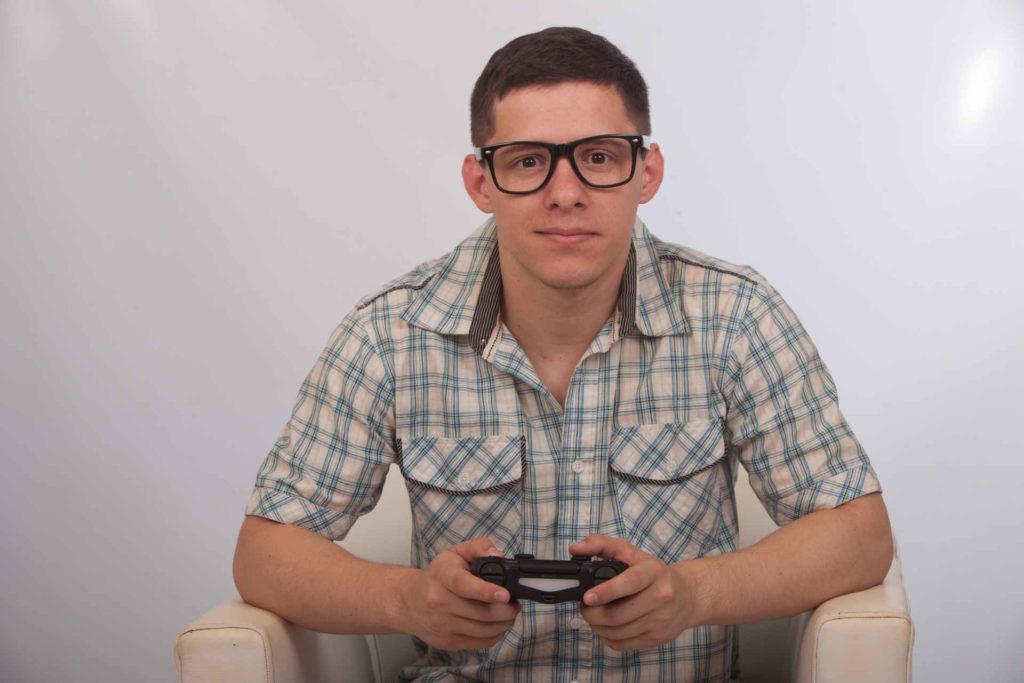 ゲームをしている外国人の男性