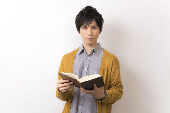 本を読もうとしている男性
