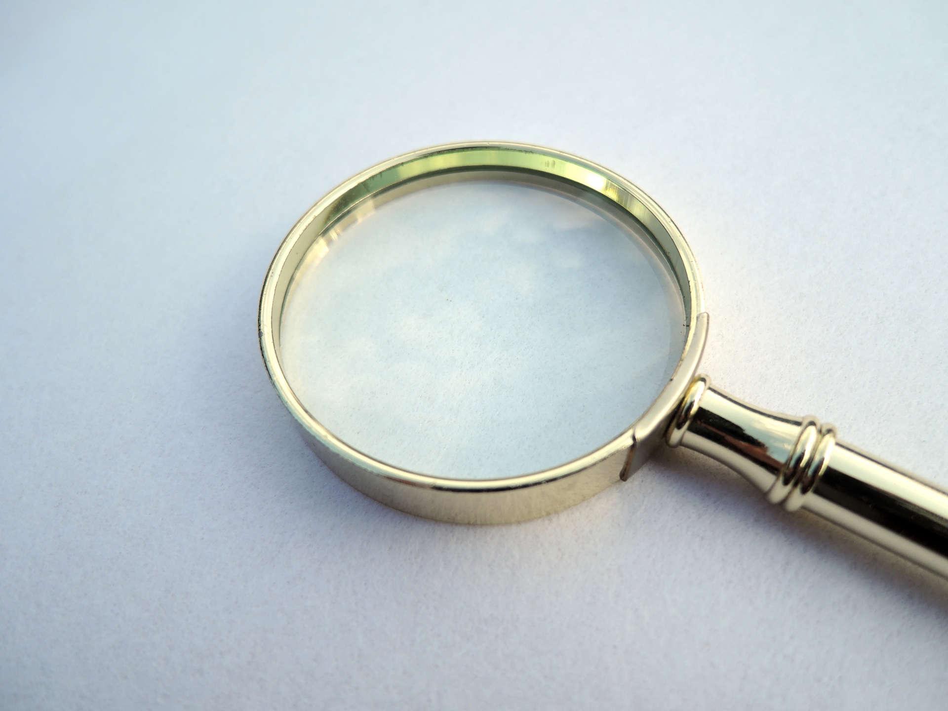 机の上に置かれた虫眼鏡