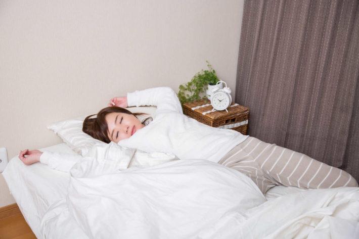 ベッドで気持ちよさそうに眠っている女性