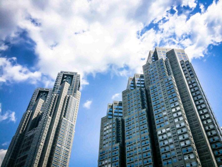 東京都庁と青空
