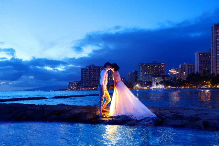 海辺でウェディングしているカップル