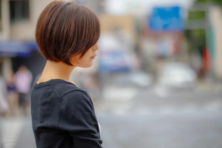 街を歩いている女性の横顔