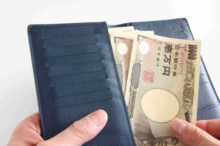 お会計、財布からお札を出している画像
