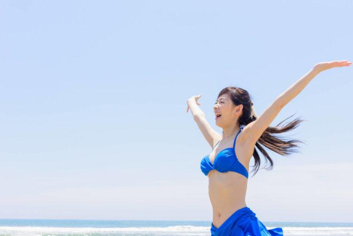 海外旅行、海でストレス発散する女性