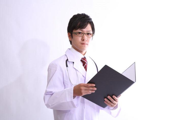 カルテを持つ男性医師