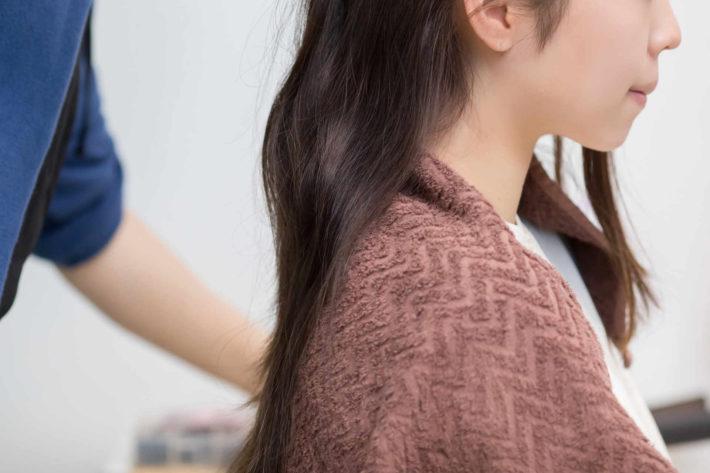 ヘアカットしている女性と美容師