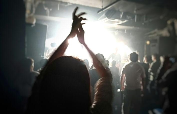 ライブで盛り上がる男女の後ろ姿