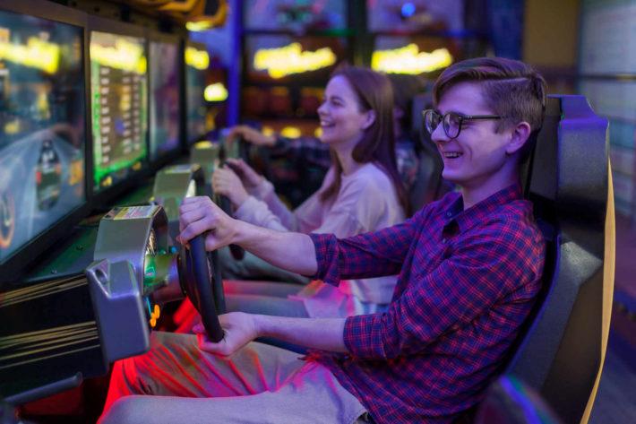 レースゲームで楽しむカップル