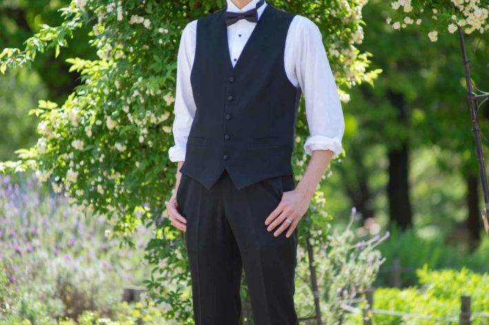 スリーピースを着てポーズを取っている余裕のある男性