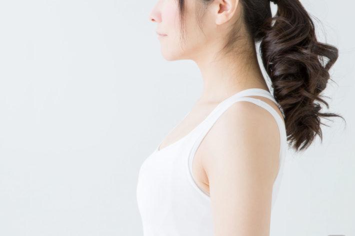髪をセットした女性の横姿