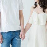 手をつなぎ合い見つめ合っているカップル