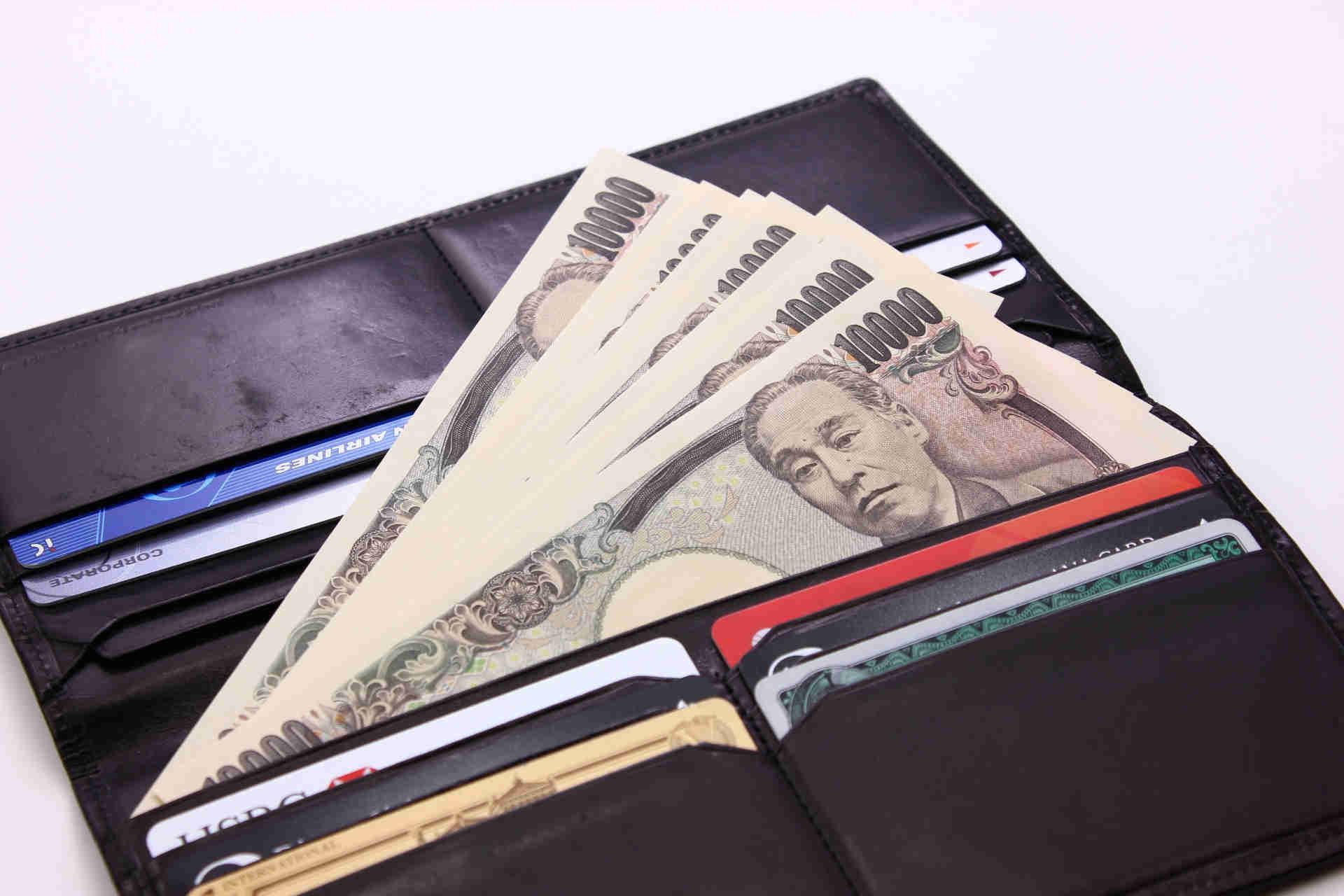 長財布からお金が出ている画像