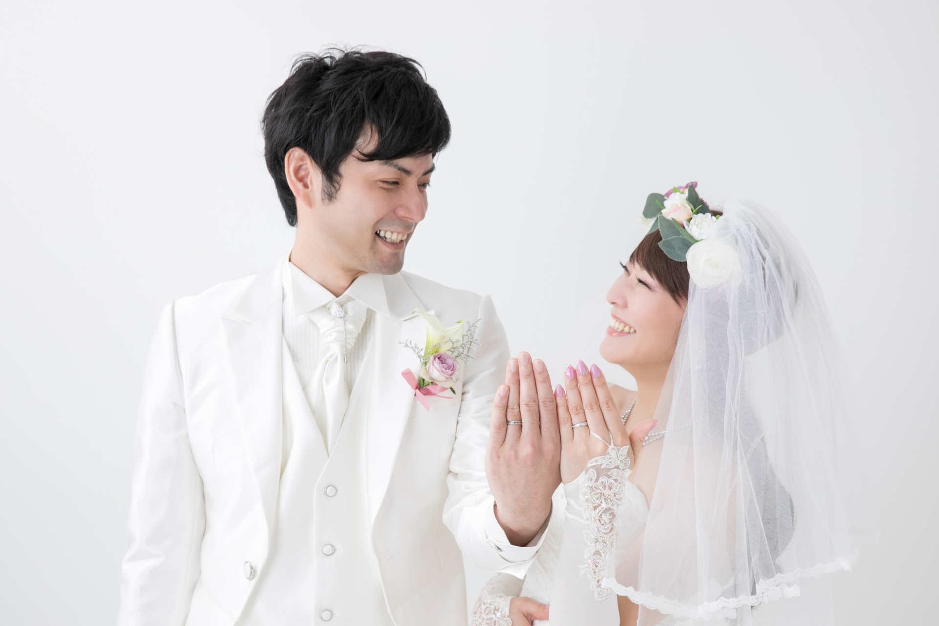 婚約指輪をはめる男女のカップル