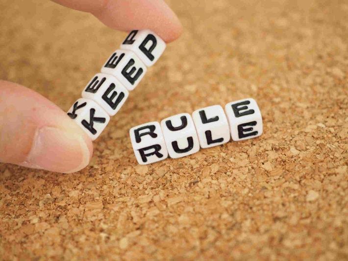 机に置かれた「keep rule」と書かれたブロック