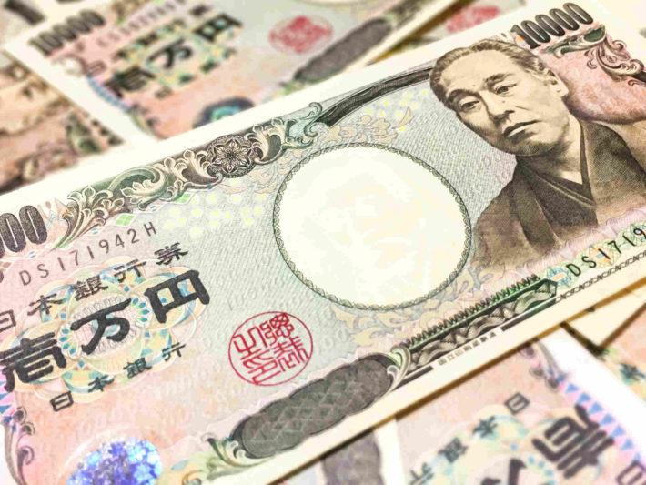 所狭しと置かれた一万円札