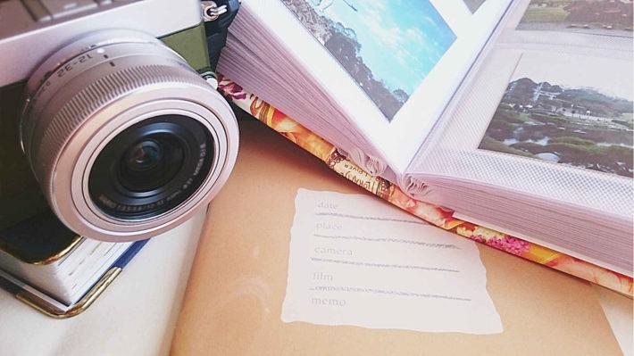 机の上に置かれたカメラ
