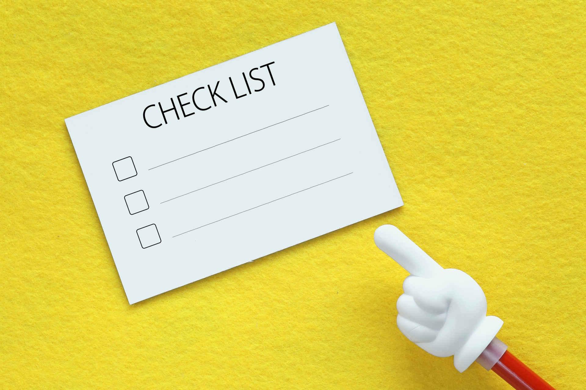 黄色の台紙の上に置かれたチェックリストの画像