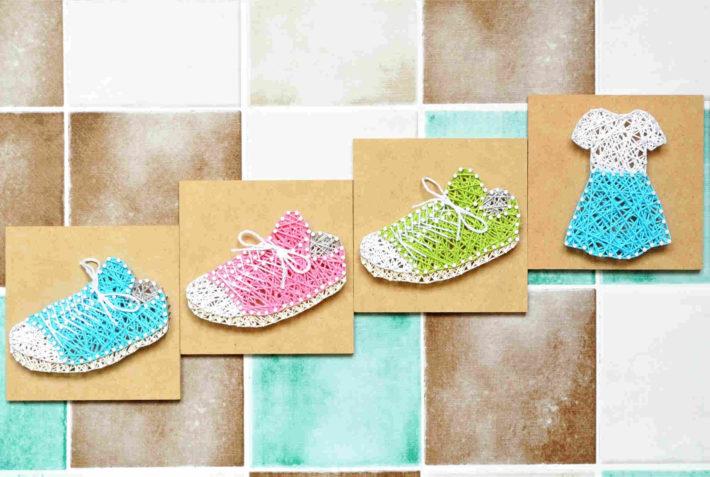 服や靴の編み物がタイルに貼られた画像