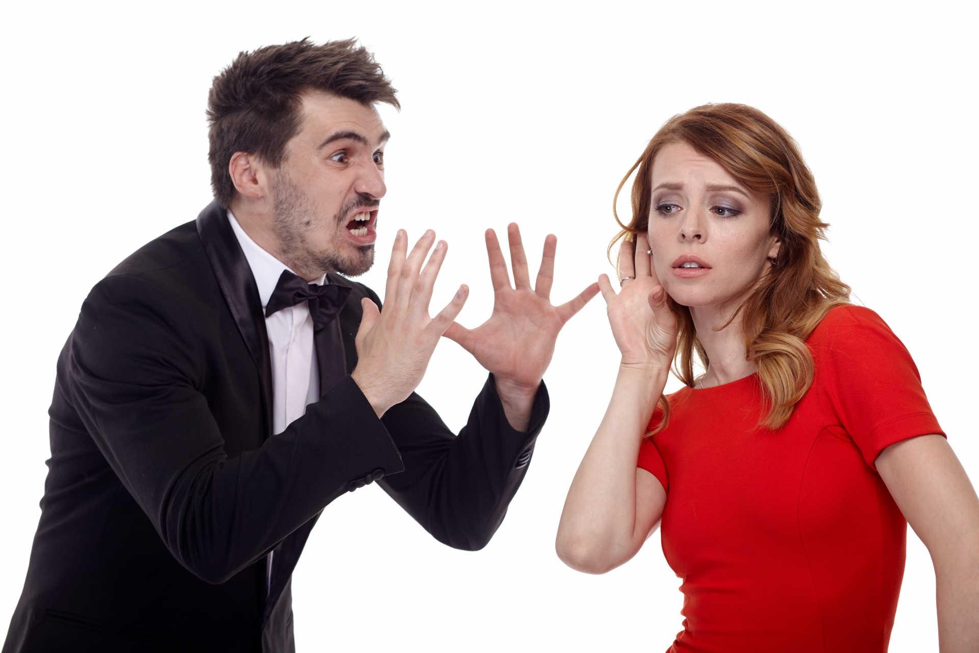 喧嘩をして言い訳をし合っている男女