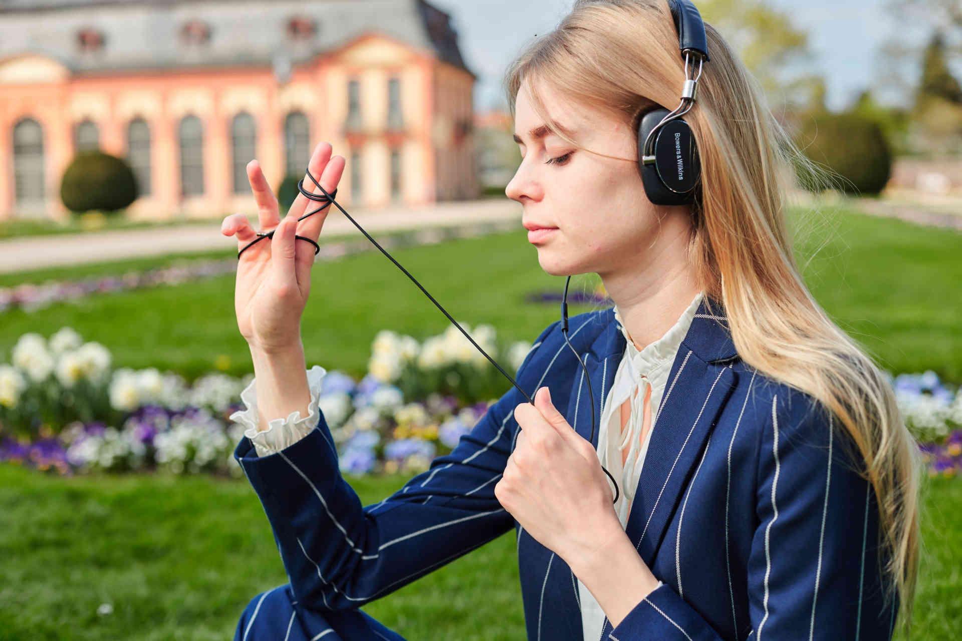 公園で自分の時間を過ごしている女性