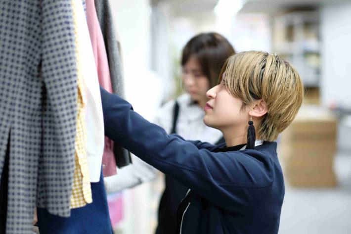 leeap(リープ)の女性スタイリストが服を選んでいる画像